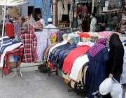 راولپنڈی: لاک ڈاون میں نرمی کے بعد خواتین بازار سے خریداری کر رہی ہیں۔