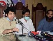 لاہور: حقوق خلق مومنٹ کے مرکزی رہنما ڈاکٹر عمار جان پریس کانفرنس کر ..