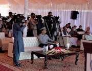 پشاور، گورنر خیبرپختونخوا شاہ فرمان تقریب سے خطاب کر رہے ہیں۔