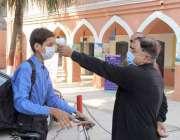 لاہور:سکول کاعملہ کرونا وائرس کی وجہ سے چھ ماہ کی بندش کے بعد سکول آنے ..