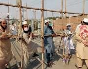 رائے ونڈ، تبلیغی اجتماع کے پنڈال کے داخلی راستے پر کارکنان نے حفاظتی ..