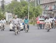لاہور، کورونا وائرس کے باعث لاک ڈائون کے باوجود شہر میں ٹریفک رواں ..