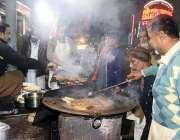 ملتان: دکاندار اپنے کام کی جگہ پر روایتی کھانے کی اشیاء بنانے میں مصروف ..
