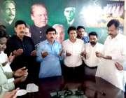 لاہور : مسلم لیگ (ن) کے اقلیتی رکن اسمبلی طارقی گل کارکنان کے ہمراہ پارٹی ..