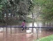 لاہور: بارش کے دوران شارٹ کٹ کے لئے سیوریج پائپ سے گذرنے والا ایک نوجوان ..