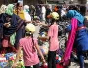 حیدرآباد: ریشم بازار میں بچے کھلونے فروخت کر رہے ہیں۔