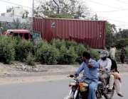 کراچی: کورنگی کے علاقے میں تیز رفتاری کے باعث حادثے کا شکار ہو نیوالا ..