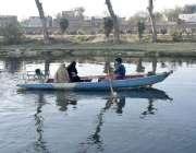 فیصل آباد:خواتین کینال پارک میں بوٹنگ سے لطف اندوز ہوتے ہوئے۔