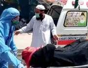 کراچی، کورونا وائرس کی مشتبہ مریضہ کو سول ہسپتال منتقل کیا جا رہا ہے۔