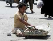 راولپنڈی: معذور محنت کش نے اپنی ریڑھی کو موبائل ورکشاپ بنارکھا ہے۔