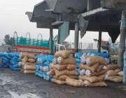 فیصل آباد، سبزی منڈی سدھار میں ہر جگہ کیچڑ کے وجہ سے آڑھتیوں نے سبزیوں ..