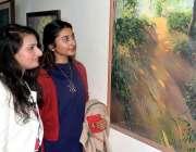 لاہور: لڑکیاں لاہور کالج فار ویمن کی طالبات کی تیار کی ہوئی پینینگز ..