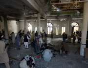 پشاور، مدرسہ میں بم دھماکے کے بعد جائے وقوعہ سے شواہد اکٹھے کئے جا رہے ..
