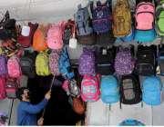 راولپنڈی: لاک ڈاون میں نرمی کے بعد دکاندار سکول بیگ سجارہا ہے۔