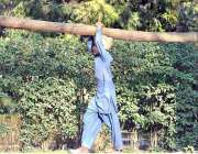 اسلام آباد: ایک نوجوان گھریلو استعمال کے لئے لکڑی اُٹھائے گھر جا رہا ..