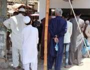 کراچی : شہری دودھ کی دکان میں ہجوم لگائے دودھ خرید رہے ہیں۔