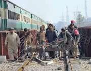 راولپنڈی: میریئر چوک پر ٹرالی پر سامان لے کر جاتے ہوئے ریلوے کے کارکن۔