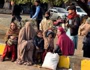 لاہور ریلوے اسٹیشن کے باہر ایک فیملی گاڑی کے انتظار میں بیٹھی ہے۔