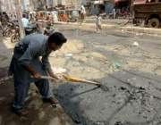 کراچی: لیاری شاہ عبدالطیف بھٹائی روڈ پر ایک دکاندار اپنی مدد آپ کے تحت ..