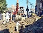حیدرآباد: غوری کھٹا کے علاقہ میں سڑک پر سیوریج لائن کی مرمت کرنے والے ..