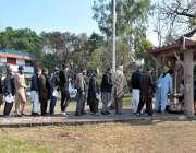 اسلام آباد: رضاکاروں کے ذریعہ مفت کھانا تقسیم کرنے کے لئے قطار میں کھڑے ..