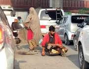 راولپنڈی: مریر چوک پر ایک فقیراپنی سواری پر جا رہا ہے