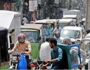 راولپنڈی: لاک ڈاون میں نرمی کے بعد اردو بازار میں رش کا منظر ۔