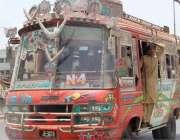 کراچی: ایس او پیز کی خلاف ورزی کرتے ہوئے پبلک ٹرانسپورٹ مین شاہراہ پر ..