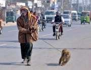 ملتان: ایل ایم کیو روڈ پر اپنی روزی کمانے کے لئے بندر کھیل دکھانے والا ..