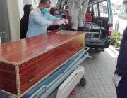 لاہور: کور ونا وائرس سے جاں بحق ہونے والے شخص کی میت ایمبولینس میں رکھ ..