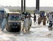 کراچی : شہر قائد میں بارش کے بعد سڑکیں ندی نالوں کا منظر پیش کررہی ہیں۔