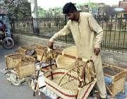 فیصل آباد: کینال روڈ پر سڑک کنارے نوزائیدہ بچوں کا جھولا فروخت کرنے ..