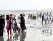 کراچی : شہریوں نے گرمی اور لوڈشیڈنگ سے پریشان ہو کر ساحل سمندرکارخ کیا ..