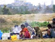 اسلام آباد: خانہ بدوش فیملی سڑک کنارے بیٹھے کپڑے دھو رہی ہے