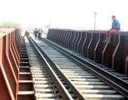 راولپنڈی: مریڑ چوک ریلوے ٹریک سے طلبہ گزر ے ہیں جو کسی حادثے کا سبب بھی ..