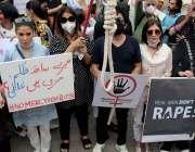 کراچی : پریس کلب کے باہر حقوق نسواں کی جانب  سے فنکار بچیوں اور خواتین ..