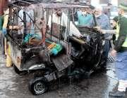 پشاور، جی ٹی روڈ پر گیس لیکج کے باعث دھماکے میں تباہ ہونے والا رکشہ۔
