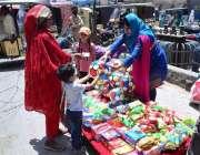 حیدرآباد: کوہ نور چوک میں خاتون بچوں کے کھلونے فروخت کر رہی ہے