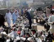 راولپنڈی، ہفتہ وار جمعہ بازار سے شہری پرانے کارآمد جوتے خرید رہے ہیں۔