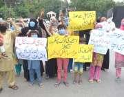 لاہور : جیا آباد کے رہائشی اپنے مطالبات کے حق میں احتجاج کررہے ہیں۔