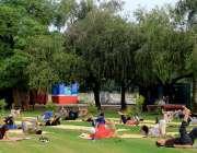 لاہور : جیلانی پارک میں شہری صبح کے اوقات میں ہوگا کررہے ہیں۔