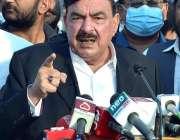 ملتان، وفاقی وزیر ریلوے شیخ رشید احمد ٹینک چوک میں میڈیا سے گفتگو کر ..