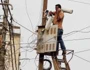 کراچی، ڈیفنس لائبریری کے پاس ایک اہلکار بناء کسی حفاظتی اقدامات کے ..