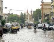 کراچی : شہر قائد میں ہونیوالی بارش کے بعد سڑکیں نہر کا منظر پیش کر رہی ..