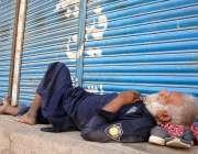 حیدرآباد: ایک سیکیورٹی گارڈ کورونا وائرس سے بچنے کے احتیاطی اقدامات ..