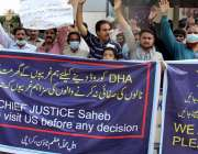 کراچی، سپریم کورٹ کے باہر اعظم ٹائون کے مکین مکانات خالی کرانے کا نوٹس ..