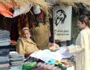 لاہور : جیلانی پارک میں منعقدہ جشن بہاراں فیسٹیول میں لگے سٹال سے ایک ..