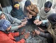 اسلام آباد: ٹھنڈا موسم میں گرم رہنے کے لئے مزدور لکڑی کی آگ کے گرد بیٹھے ..
