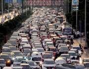 کراچی : بارش کے باعث شارع فیصل پر ٹریفک جام کا منظر۔