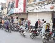 لاہور : لاک ڈاؤن کے باوجود اسلام پورہ بازار میں بعض دکاندار آ دها شٹر ..